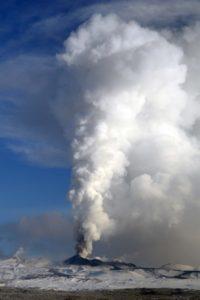 ロシア、カムチャッカ半島、プロスキー・トルバチュニック火山。1月6日。