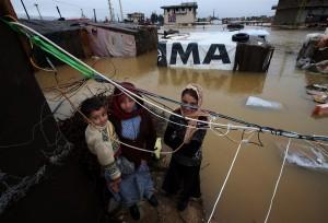 レバノン東部、シリアとの国境に近い難民キャンプ、臨時に引き回された電線の下で。