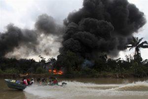 火災を起こしたまま放置された、ナイジェリアの『無許可』原油採掘現場。2012年12月6日。