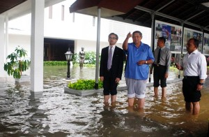 アルゼンチンのカークナー大統領を出迎えるはずのインドネシア・オユドノ大統領もこの姿