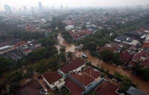 ジャカルタ市内の冠水はこの季節珍しいことではありませんが、これ程の規模での氾濫は近年無かった事です。