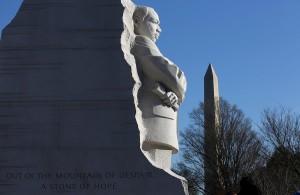 首都ワシントンに有るキング牧師の記念碑。背景にワシントン記念塔が見える。