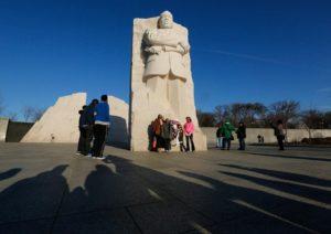 ここを訪れる人は皆、キング牧師と『一緒に』写真を撮る。