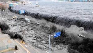 堤防を乗り越える津波