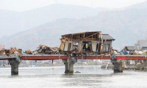 橋の上の廃屋