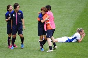 勝利を喜び合う日本チームと、倒れ込み宙を見つめるフランスのカミーユ・アビリー。ロンドン、ウェンブリー・スタジアム。