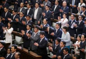 安全保障関連法案の成立に拍手を送る与党議員たち