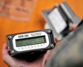 米軍三沢基地で大気中の放射線量の測定を行う生物環境工学技術者。2011年4月29日。