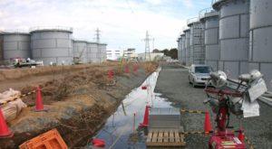 福島第一原発内で際限も無くふう続ける汚染水。2012年3月。