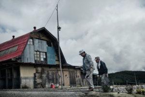 自分自身で放射線量を測定するため、月に1回無人になった農場を訪れる長谷川さん